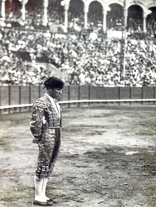 Inconfundible figura del Pasmo de Triana en el ruedo de la plaza de toros de la Real Maestranza. / Foto: Archivo Rodríguez de la Vega