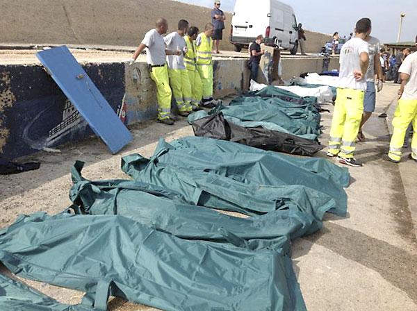 Imagen de los cuerpos en el puerto de Lampedusa. / Reuters