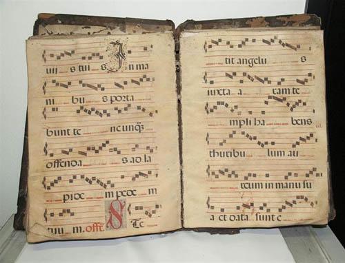 El libro de coro recuperado en un mercadillo de Sevilla.