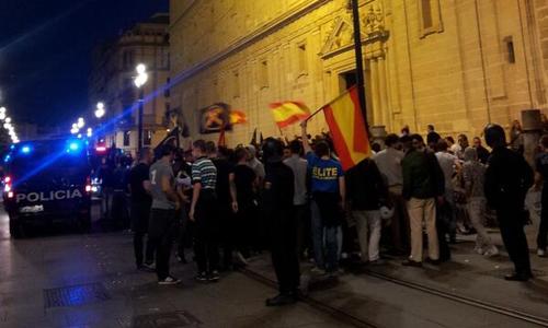 La manifestación del sindicato de la ultraderecha Respuesta Estudiantil a su paso por la Catedral escoltados por la Policía Nacional. / Por @ManmeRB