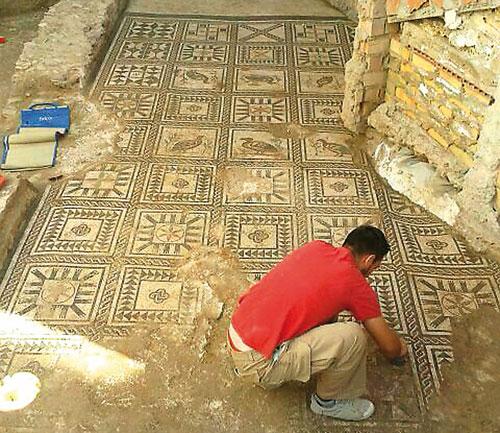 La intervención arqueológica ha sacado a la luz un mosaico de unos 24 metros cuadrados.