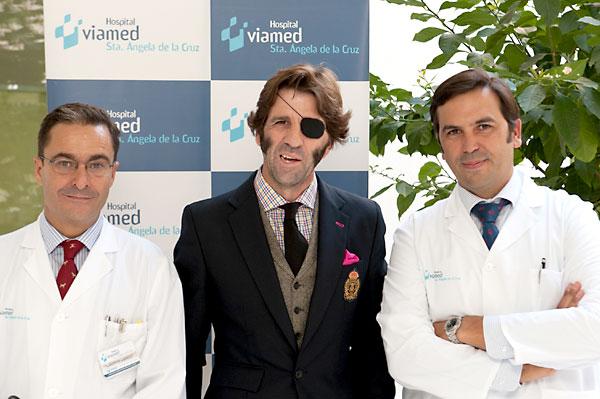 De izda. a dcha. el Dr. Fernando Romero Candau, Director Médico del Hospital Viamed Santa Ángela de la Cruz; Juan José Padilla y el cirujano maxilofacial Alberto García-Perla.