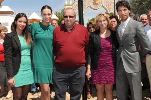 Eva González junto a sus padres, hermana y su novio.
