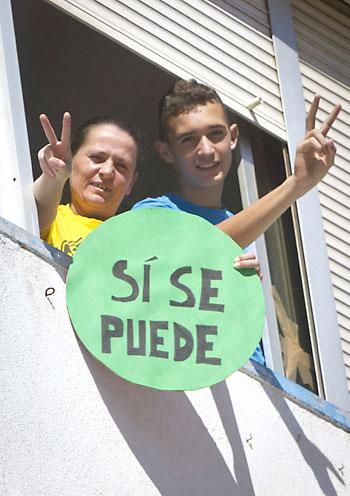 María del Carmen Andújar (i) y su hijo muestran su alegría tras la decisión de la Junta. / EFE