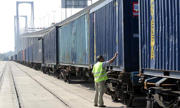 Transporte de contenedores por ferrocarril en el Puerto de Sevilla en una imagen de archivo. / Antonio Acedo