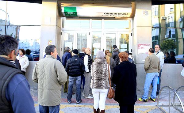 Desempleados entrando en una oficina del SAE en la capital hispalense.