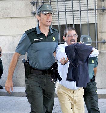 Salvador Mera es conducido para prestar declaración. / EFE