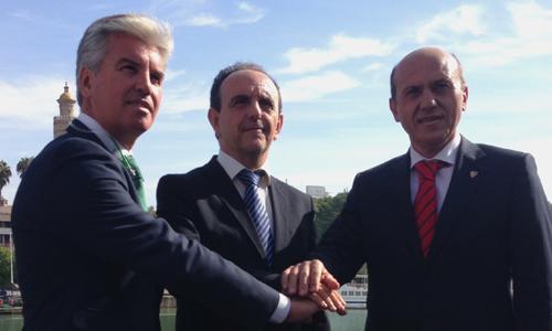 El consejero de Turismo y Comercio junto a los presidentes de Betis y Sevilla FC. /