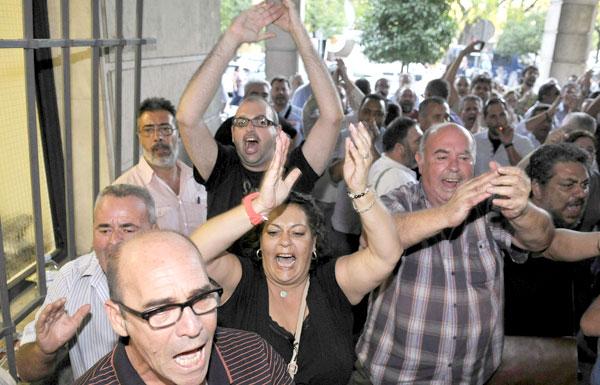 Desde por la mañana, un numeroso grupo de sindicalistas se concentraron en El Prado para apoyar a los detenidos. / EFE