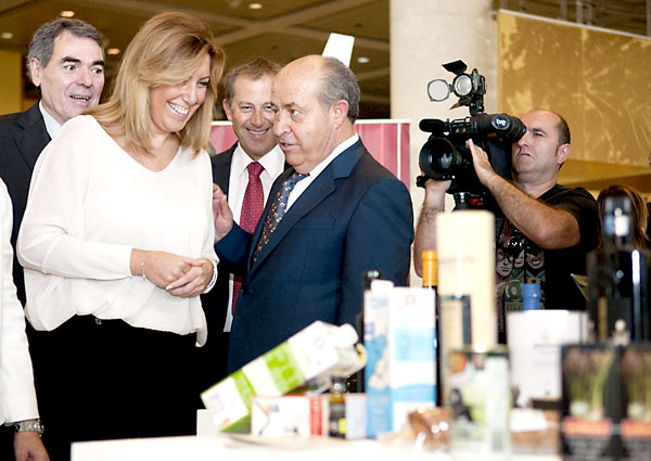 Susana Díaz, junto al alcalde de Granada, José Torres Hurtado (d), durante una visita a los expositores del IV Congreso de las Cooperativas Agroalimentarias de Andalucía que se celebra hoy en Granada.