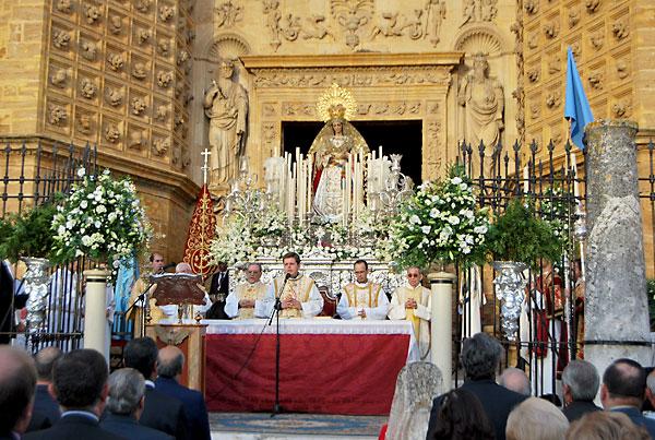 La Virgen de las Veredas salió ayer de forma extraordinaria por el cincuentenario de su hermandad.