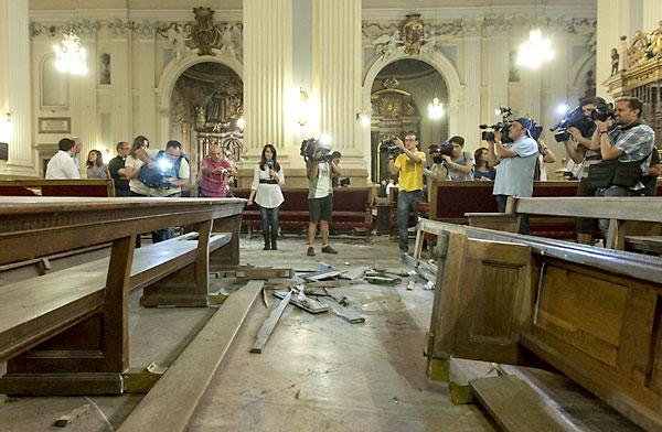 Desperfectos en  la basílica del Pilar de Zaragoza tras la explosión. / EFE