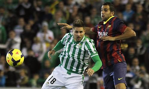 Steinhöfer salta con Dani Alves en el Betis-Barcelona / Paco Puentes (EFE)