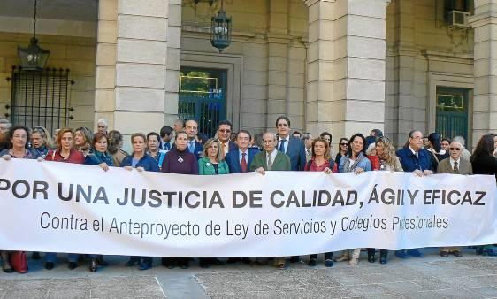 Protesta en juzgados por los procuradores