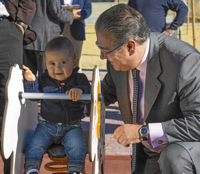 El pequeño Alejandro hizo ayer las delicias del alcalde, Juan Ignacio Zoido. / J. C. García