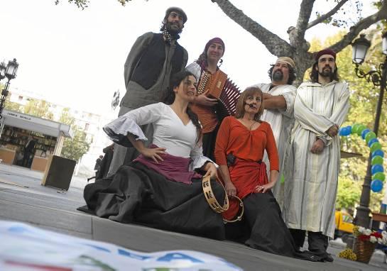 El grupo de teatro ASAT representó en la Plaza Nueva, a través de diversos cuentacuentos, la historia de los gitanos en Andalucía.