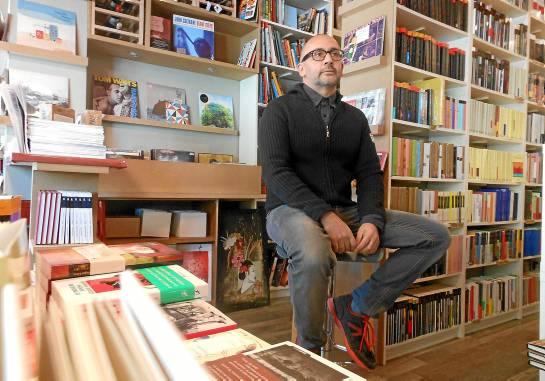 Joaquín Sovilla, uno de los cooperativistas de La Extra-Vagante, en su librería de la Alameda de Hércules.