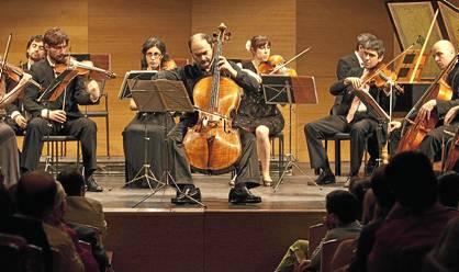 El violonchelista y director Christophe Coin, junto a la Orquesta Barroca, tocando en Cajasol.
