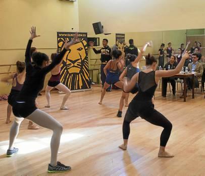 Las bailarinas optaron ayer en una dura prueba a formar parte del musical El rey león. / J. M. Paisano (Atese)