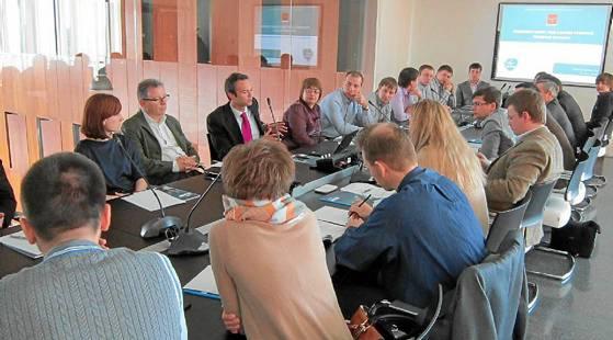 En la imagen, la delegación de investigadores rusos reunida ayer con responsables del parque aeroespacial Aerópilis.