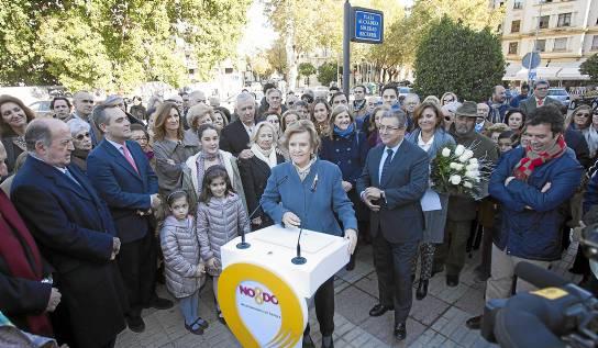 La que fuera alcaldesa de Sevilla durante 14 años, Soledad Becerril, ayer en la inauguración de la glorieta que lleva su nombre. / J.M. Paisano (Atese)