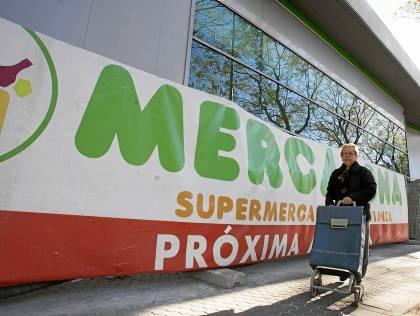 Imagen tomada ayer del Mercadona de la glorieta de la SE-30 frente al hipermercado Carrefour Macarena. / J. M. Paisano (ATESE)