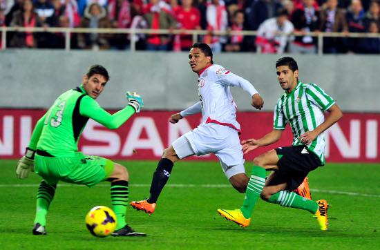 Bacca, marcando el 1-0 en el derbi (Kiko Hurtado/Marcamedia)