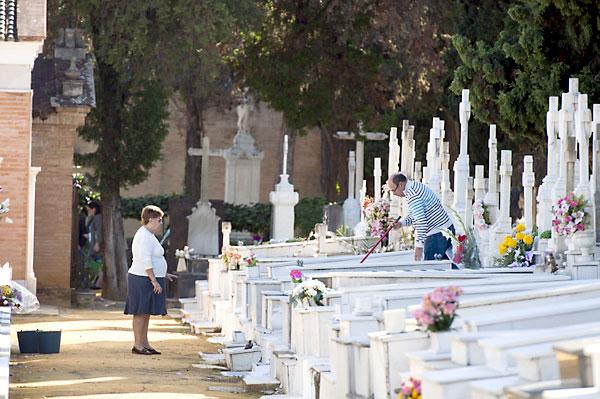Día de Todos los Santos en el cementerio de San Fernando. / J. M. Paisano (Atese)