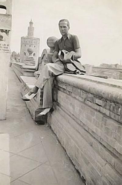 Luis Cernuda, posando para el fotógrafo en sus años jóvenes, en el sevillano Paseo de Colón.