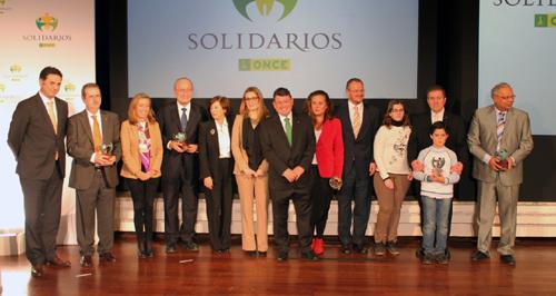 Las autoridades y galardonados en la primera edición de los Premios Solidarios organizados por la ONCE Andalucía.