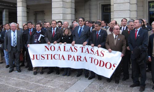 Concentración de abogados contra la ley de tasas