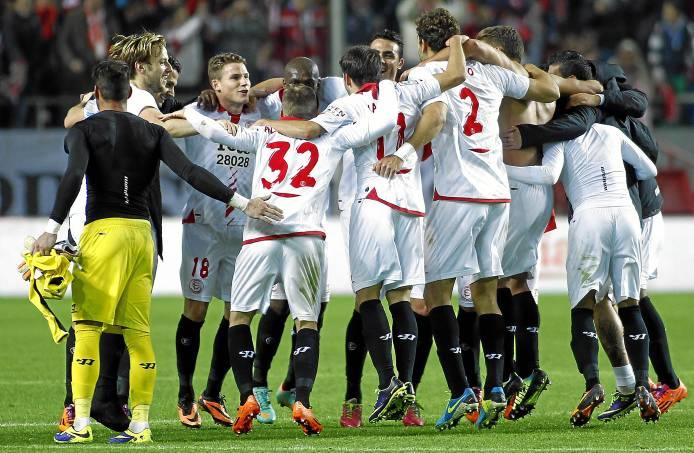 Los jugadores festejaron así su victoria (Marcamedia).