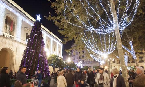 33 Fachada del Ayuntamiento con su árbol de Navidad presidiendo. / J. M. PAISANO (ATESE)
