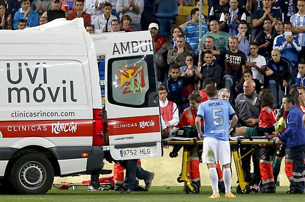 Perquis se retira en camilla. Málaga CF - Betis. / EFE