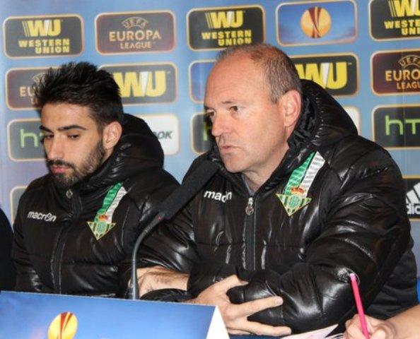 Pepe Mel, junto a Chuli en la rueda de prensa en Gerland / Real Betis
