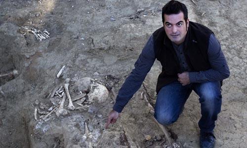 El arqueólogo Cristóbal Alcántara muestra uno de los restos de cinco personas con evidencias de haber sido fusiladas.