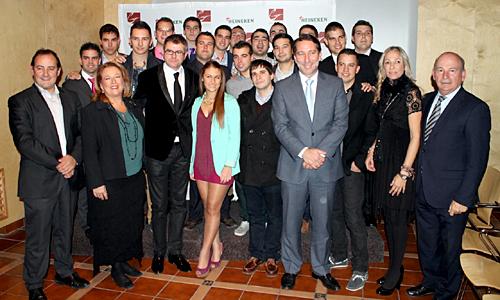 Los alumnos de la Escuela de Gastronomía Gambrinus con los profesores e invitados al acto de entrega de diplomas.