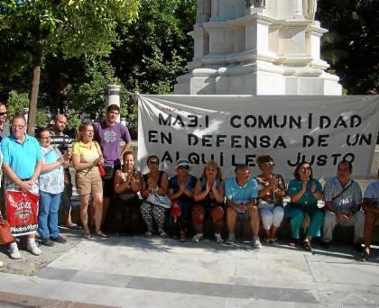Concentración de familias en Plaza Nueva para reclamar una rebaja de los alquileres de Emvisesa. / El CORREO