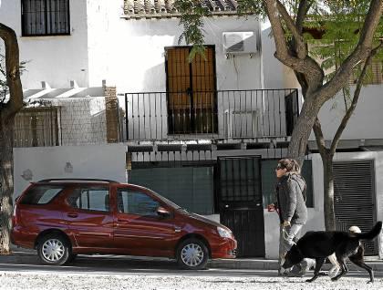 La casa de la agente de Policía Local que fue hallada muerta junto a su hermana, ayer en Torremolinos. / EFE