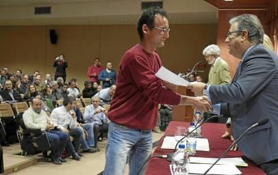 Los nuevos funcionarios recibieron sus credenciales de manos del alcalde, Juan Ignacio Zoido. / J.M. Espino (Atese)