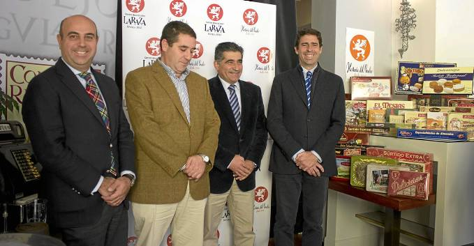 El presidente del consejo regulador, Eusebio Olmedo; el director del Grupo La Raza, Pedro Sánchez-Cuerda; y el alcalde de Estepa, Miguel Fernández, ayer en Sevilla.