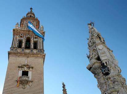 La torre de Santa María, con la bandera de la Inmaculada. Al lado, la estatua de la Virgen del Valle. Foto: M.R.