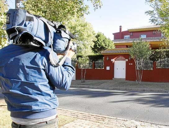 Un cámara de televisión graba unos planos del exterior de la casa de José María del Nido durante la jornada festiva de este viernes. (J.M.Paisano/Atese)