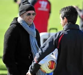 Monchi y Emery, dialogando durante un entrenamiento. (Marcamedia).