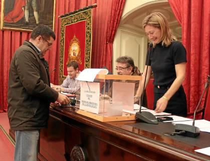 La secretaria general de la Universidad, Concha Horgué, en un momento de la votación.