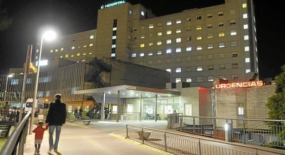 Imagen tomada ayer del hospital de Valme donde fallecieron el padre y la madre de la familia intoxicada en Alcalá de Guadaíra. / RAÚL CARO  (EFE)