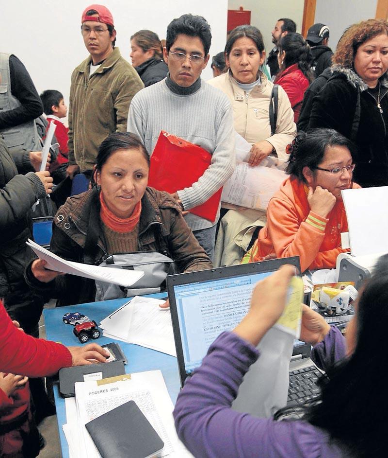Los consulados atienden cada vez más consultas de compatriotas que se plantean regresar a su país. / José Manuel Cabello