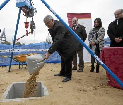 El rector puso ayer la primera piedra del nuevo centro de investigación sanitaria