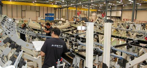 Dos operarios de Alestis trabajan en una 'belly fairing' (panza del avión) del A350 XWB en la factoría de Puerto Real. / El CORREO