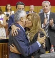 La presidenta de la Junta, Susana Díaz, abraza a su antecesor, José Antonio Griñán, en el debate de investidura
